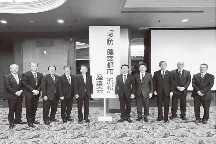 地元医療関係者・大学関係者などが鈴木市長、江崎政策統括調整官、スタンフォード大学循環器科主任研究員池野文昭氏とともに集結した。