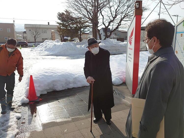 著者が見学した北海道科学大学(札幌市)前の道路。雪が解け、通路が確保されている。