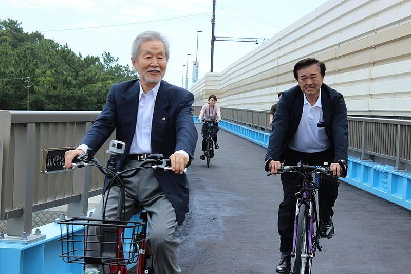 渡り初めを行った中﨑町長(左)と髙橋町議会議長。