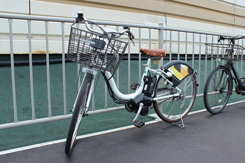 白い「ハローサイクリング」のシェア自転車