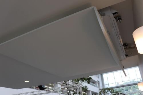 天井パネルの裏に隠された小さなエアコン(取材時撮影)